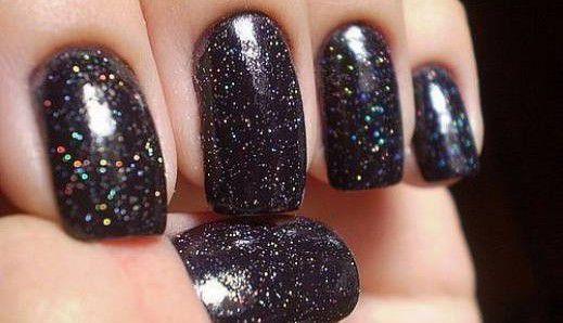 tamne-metalik-boje-noktiju-hit-ovu-jesen-zimu