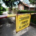 Cestu koja vodi kroz naselje Divkovići prekida rampa sa natpisom: Zabranjen pristup šljakištu. Iza rampe je nekoliko kuća i zemljište gdje rastu krompir, kukuruz, luk i drugo povrće i žitarice. (Foto: CIN)