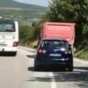 Autobus kod Tarčina pretiče kamion preko pune crte