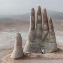 Simbol ljudske ranjivosti: Ogromna skulptura usred pustinje nosi važnu poruku