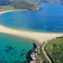 Rajska plaža na Mediteranu koju s dvije strane zapljuskuje tirkizno more