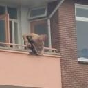 Poginule dvije osobe: Manijak s balkona u prolaznike pucao samostrelom